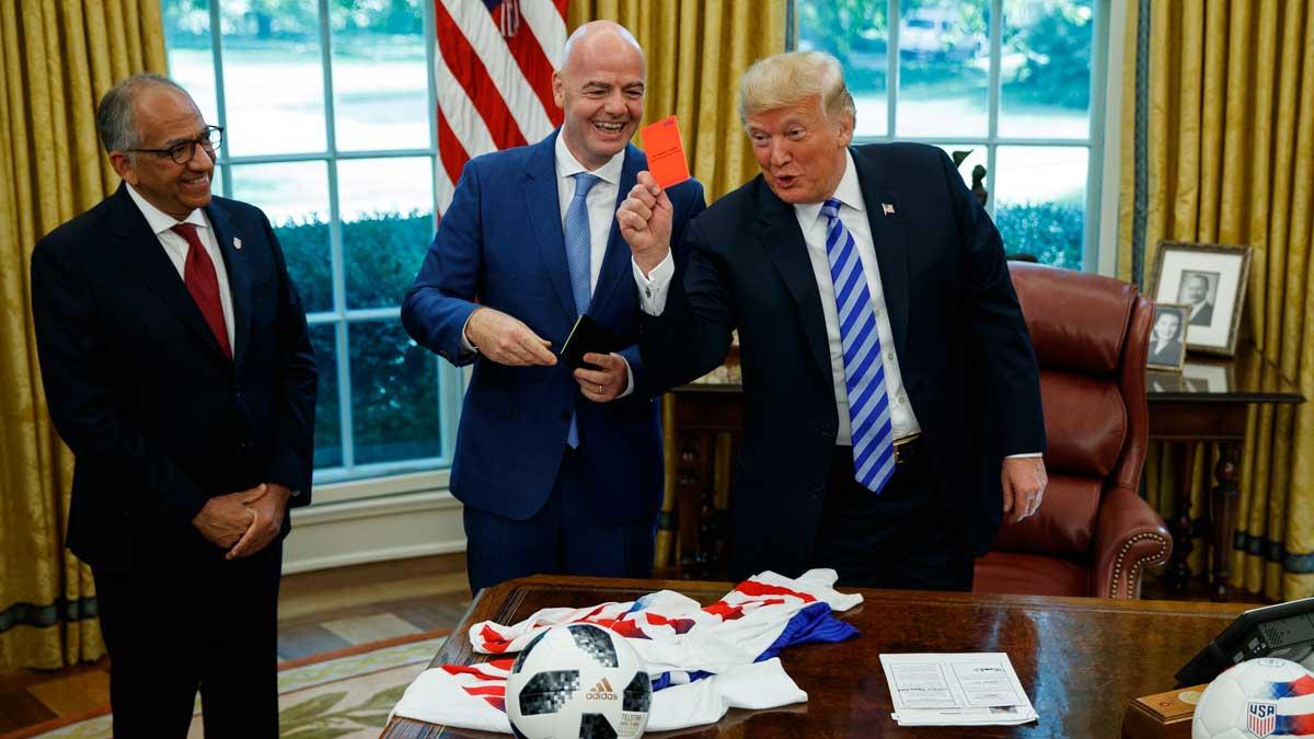 Trump enseña la tarjeta roja a la prensa durante su reunión con el jefe de la FIFA.
