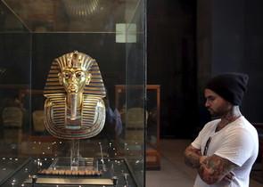 Un turista contempla la màscara de Tutankamon, el novembre passat, al Museu Egipci.