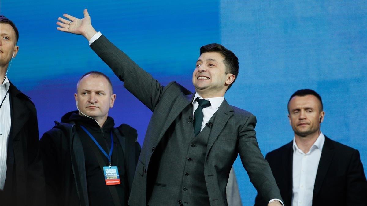 El presidente electo de Ucrania,Volodímir Zelenskisaluda a sus seguidores.
