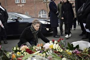 Una dona diposita flors a Oesterbro, un dels dos escenaris on va actuar el terrorista.