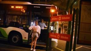 Una joven accede, en Bilbao,a un autobúsque dispone de paradas a demanda para mujeres no acompañadas.