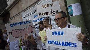 Dos anys de retard en el desplegament de la llei catalana de sanitat universal