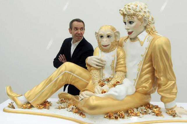 Jeff Koons posacon su escultura Michael Jackson and Bubbles, en Riehen (Suiza).