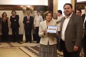 El vicepresident Oriol Junqueras entrega los presupuestos a la presidenta del Parlament, Carme Forcadell.