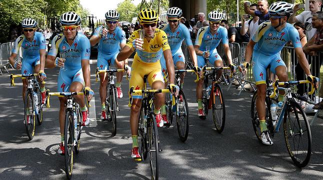 Vincenzo Nibali celebra la seva victòria al Tour amb la resta de lequip Astana, a les portes de París.