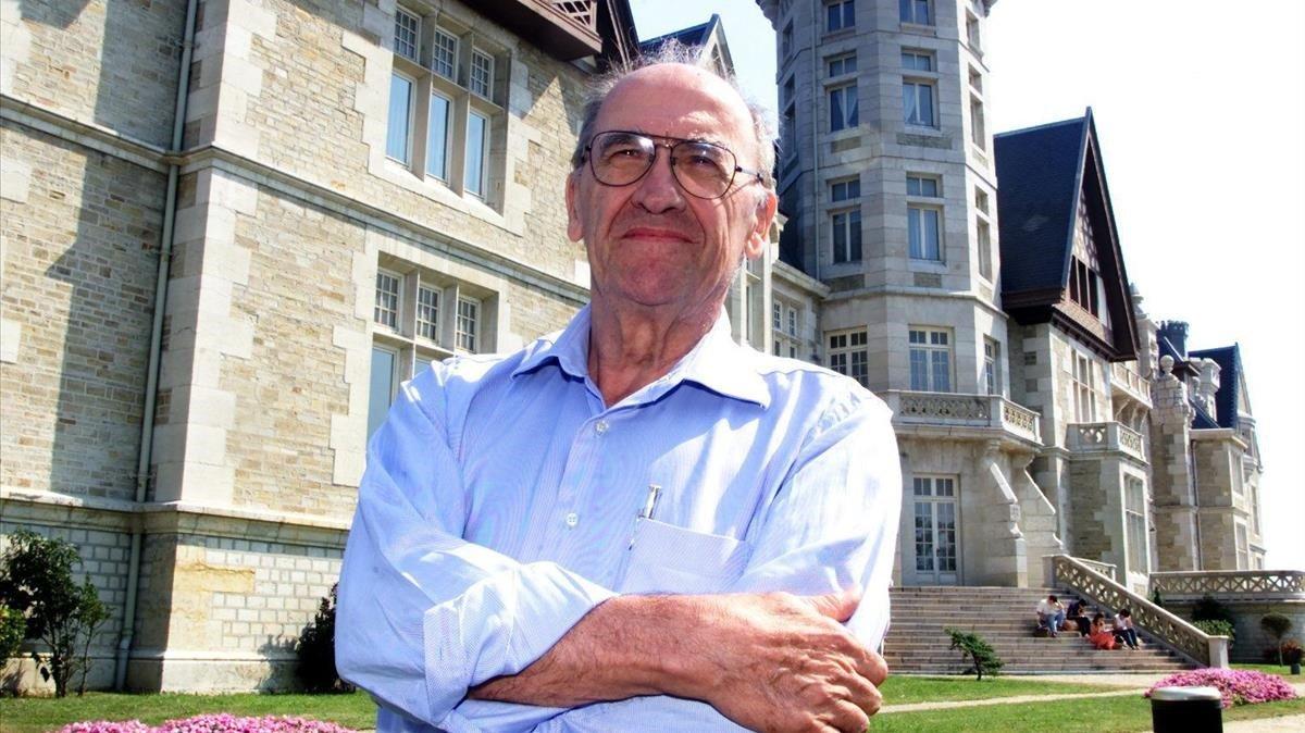 Miguel Artola Gallego, en Santander, en una imagen del 2001.