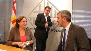 Colau, Bosch y Collboni, en el ayuntamiento en julio del 2015.