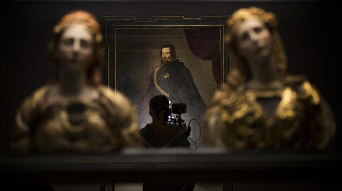 En primer plano, Santa Marta y Santa María Magdalena, dos tallas de madera policromada y cera de Juan de Juni; al fondo 'Gaspar de Guzmán, Conde-Duque de Olivares' de Velázquez.