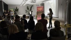 Lorraine Gallard confiesa sus fracasos en el espacio de 'coworking' Cloud, durante la última FuckUp Night de Barcelona.