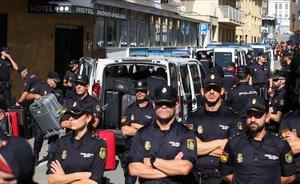 Los policías hospedados en uno de los hoteles de Pineda protegen el edificio, el 5 de octubre del 2017.