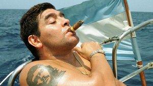 Maradona, con la imagen de El Che tatuada en el brazo.