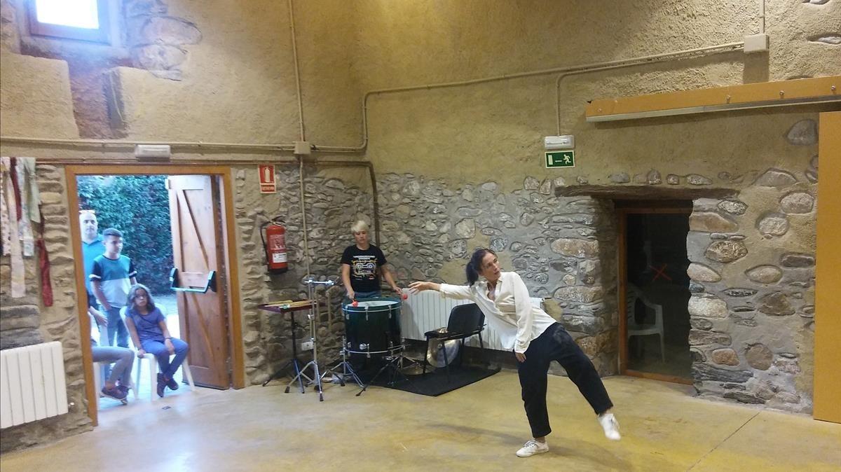 Núria Andorrà y la bailarina Constanza Brncic durante su actuación en el festival MontMusic.