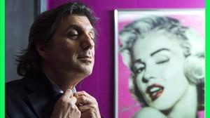 Pedro Burruezo, junto a un retrato de Marilyn.