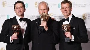 El director de 'Tres anuncios en las afueras', Martin McDonagh (en el centro) posa con el galardón a la Mejor Película junto conPete Czernin (izquierda) yGrahm Broadbent, productores del filme.