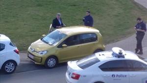 Dos homes vestits de guàrdies civils entren a casa de Puigdemont a Waterloo