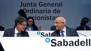 Josep Oliu, presidente del Sabadell, y Jaume Guardiola, consejero delegado, durante la última junta de accionista.