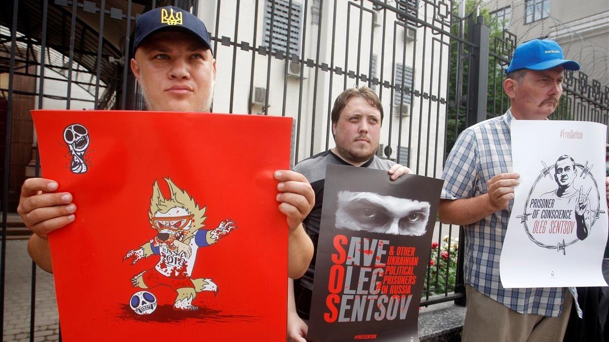 Protesta en apoyo del cineasta ucraniano Sentsov, que suma un mes en huelga de hambre.