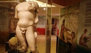 Una escultura de Baco halladaen Reus y, al fondo y a la derecha, un explícito ejemplo pompeyano del 'coitus a dietro'.