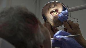 Barcelona impulsa el primer dentista municipal amb preus assequibles