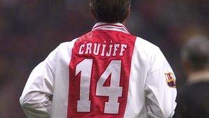 Cruyff, con la camiseta del Ajax en un homenaje con el Barça en Amsterdam, en 1999.