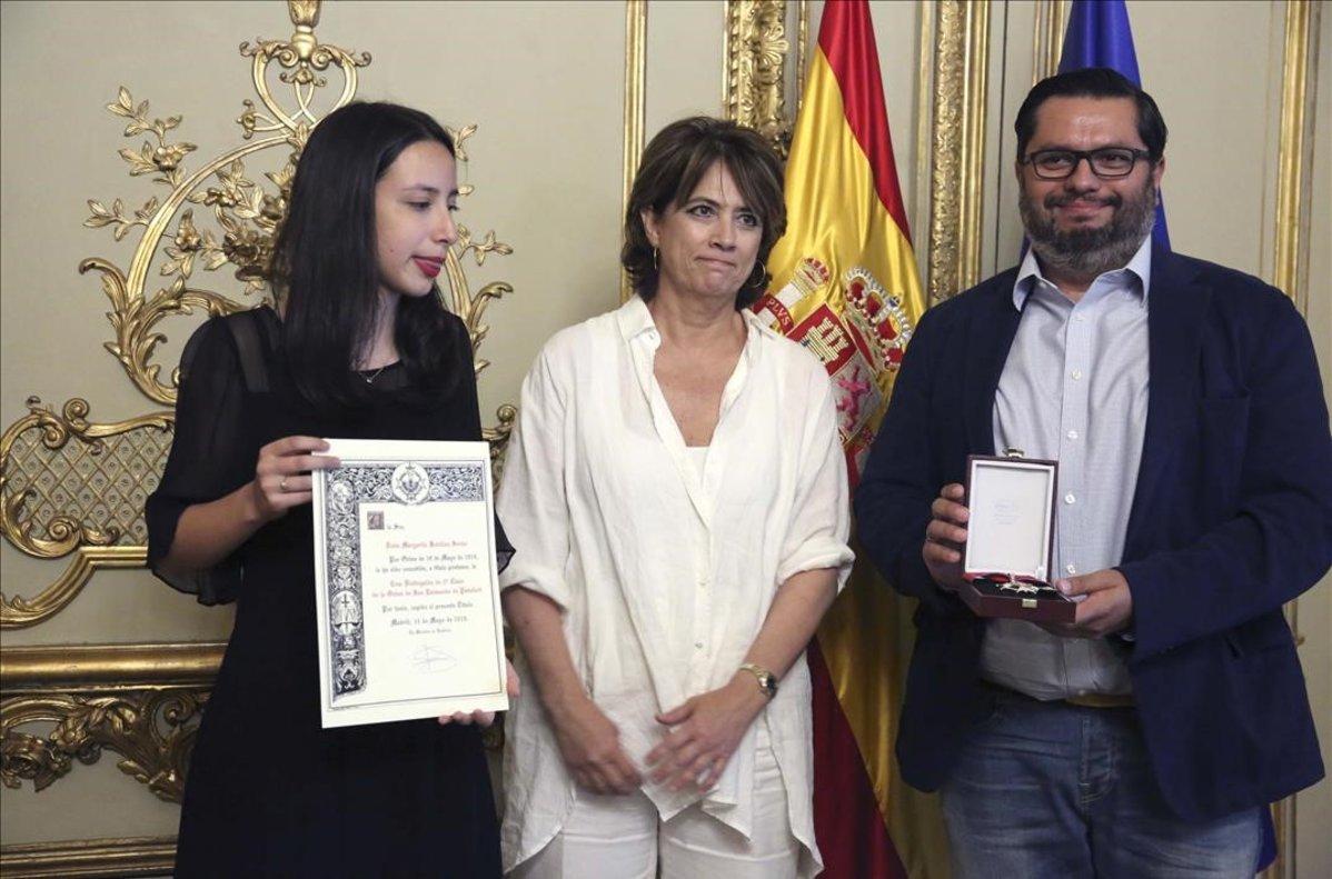 La Ministra en funciones de Justicia, Dolores Delgado, hace entrega a titulo póstumo de la Cruz de la Orden de San Raymundo de Peñafort a Margarita Batalla.