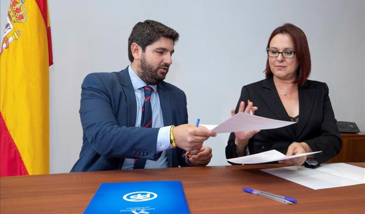 Fernando López Miras,y la diputada de Ciudadanos Isabel Franco durante la firma de su acuerdo bipartito de 72 medidas.