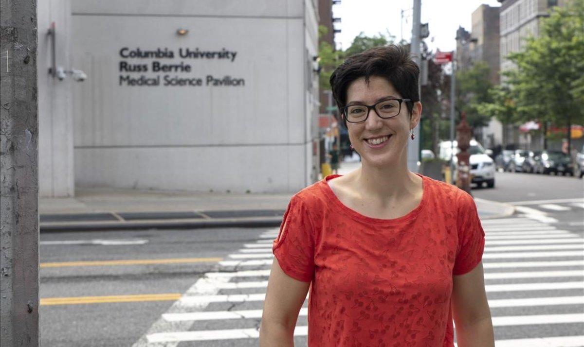 Olaya Fernández, frente al centro biomédico de la Universidad de Columbia.