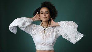 Nathalie Emmanuel, una de las protagonistas de la serie de Hulu 'Cuatro bodas y un funeral'.