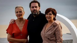El director Aitor Gabilondoy las actrices Elena Irureta (izquierda) y Ane Gabarain, en San Sebastián, este sábado.