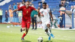 Ansu Fati se mide con un defensor montenegrino en el partido jugado en Podgorica.