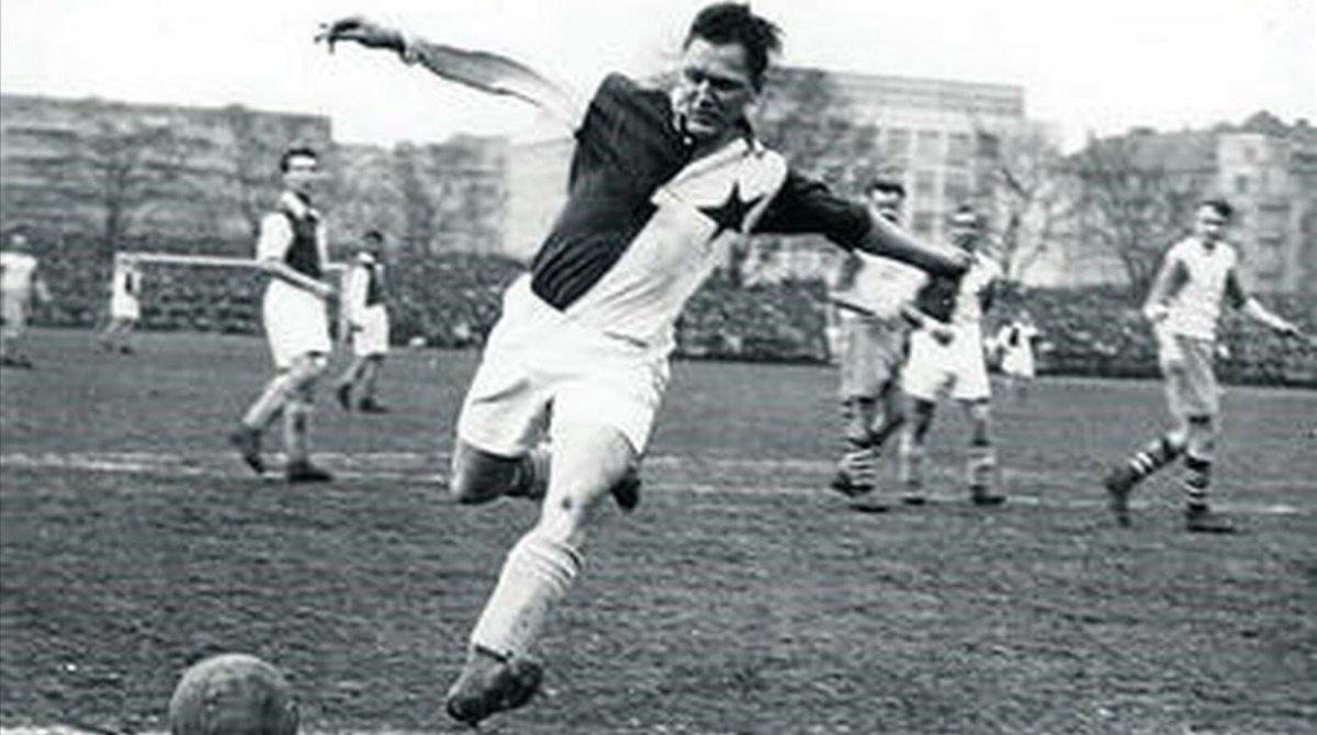 Josef Bican, 'Pepi', con la camiseta del Slavia Praga.