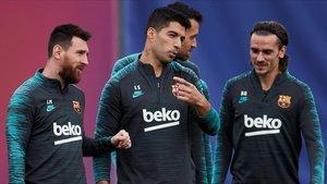 Messi, Suárez y Griezmann conversan durante el último entrenamiento antes del partido.