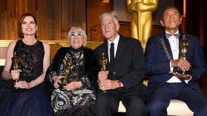 Geena Davis,Lina Wertmuller,David Lynch yWes Studi, con sus Oscar, en la gala celebrada este domingo por la noche en Los Ángeles.