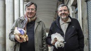 Los hermanos Salvador y Josep Capdevila posan con sendoscaponesenla Boqueria.