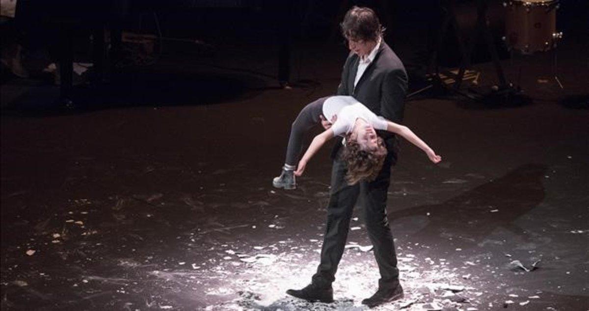 Blai Mateu y su hija Rita, en una escena de 'A tocar!'.