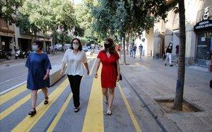 Ada Colau pasea por la calle de Consell de Cent.