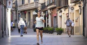 Una joven corre por las calles del barrio de Sarrià.