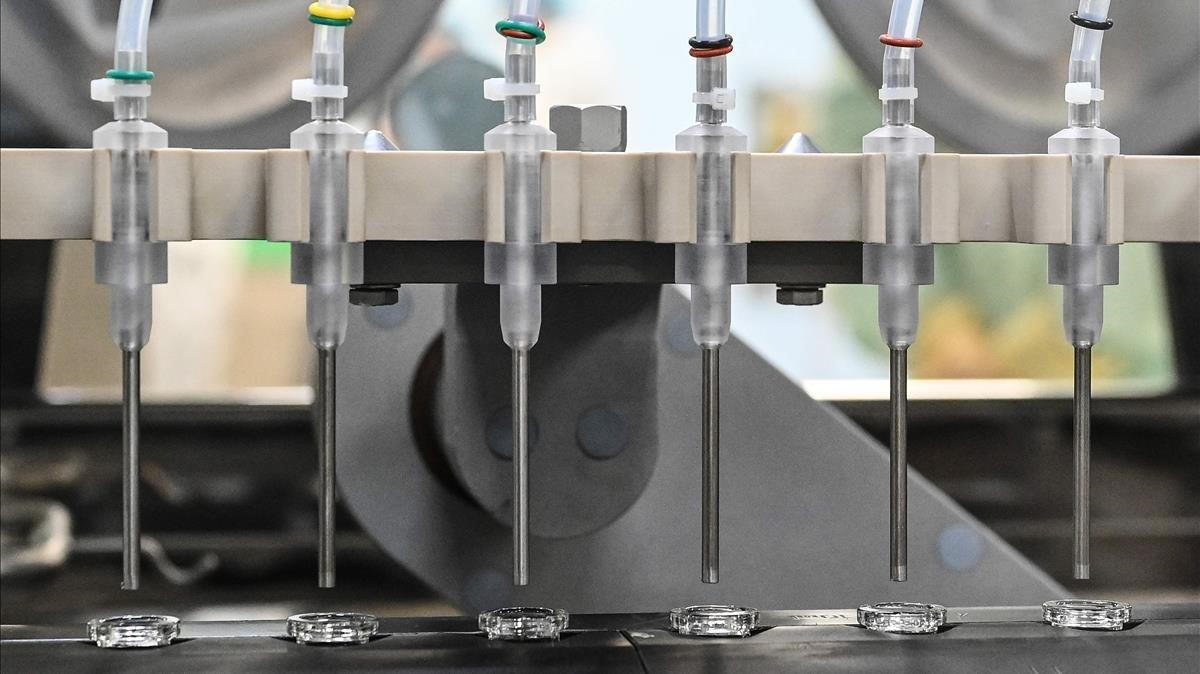 Proceso de producción de la vacuna contra el covid en el laboratorio que AstraZeneca tiene en Anagni, al sur de Roma.