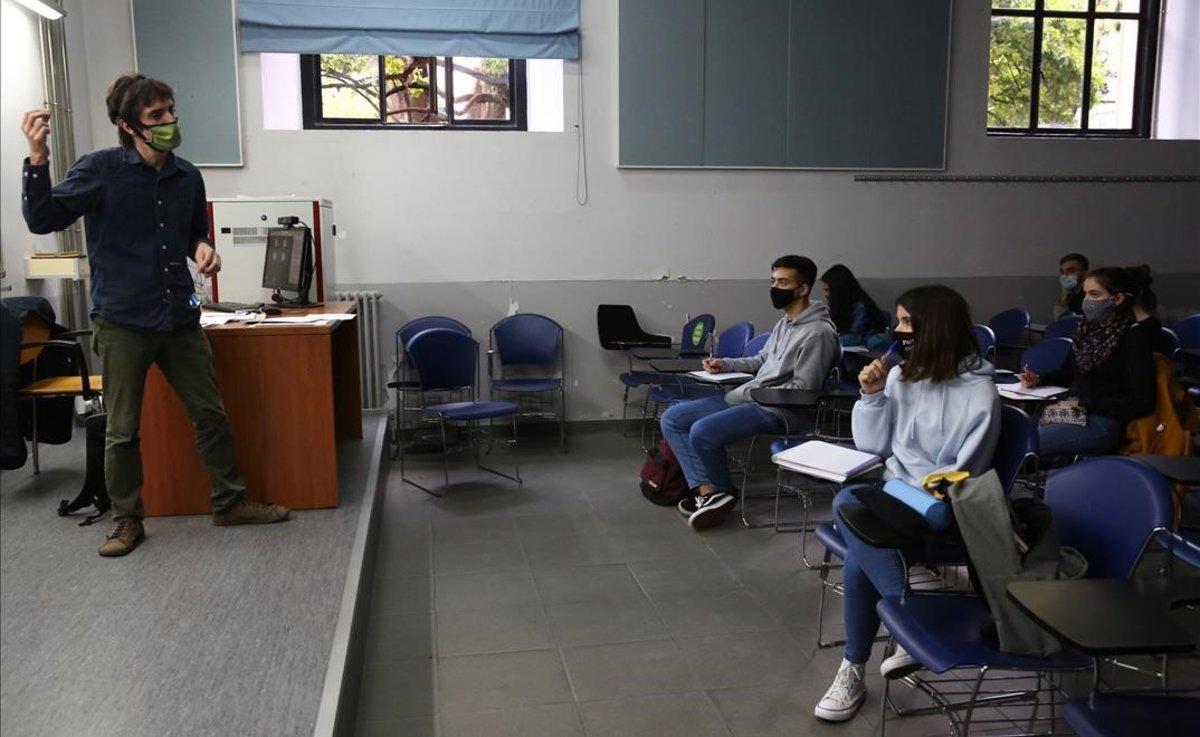 Una clase en la Universitat de Barcelona (UB), ayer jueves.