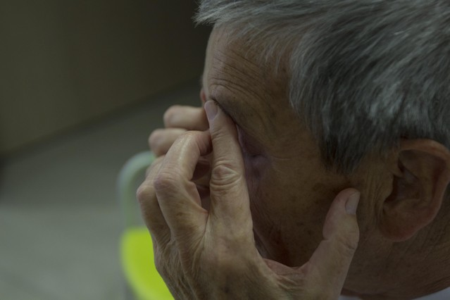 Un enfermo de alzhéimer realiza unos ejercicios.