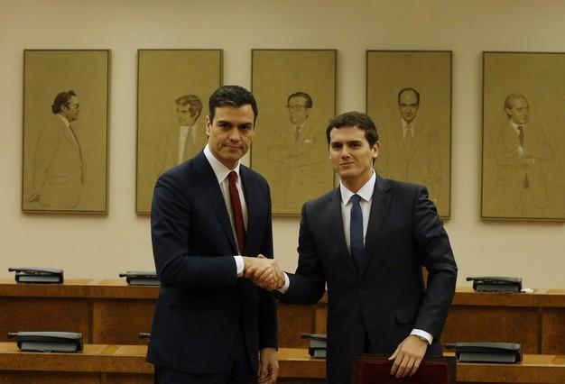 Pedro Sánchez y Albert Rivera, en la firma del acuerdo en el Congreso.