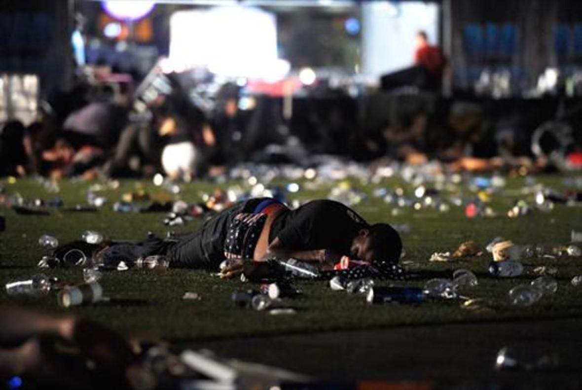 Un joven protege a su pareja en la zona del concierto de Las Vegas.