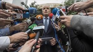 Camps sale de la sede del Consell Jurídic Consultiu rodeado de periodistas