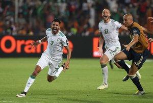 Riyad Mahrez celebra el gol con el clasificó a Argelia para la final de la CAN.