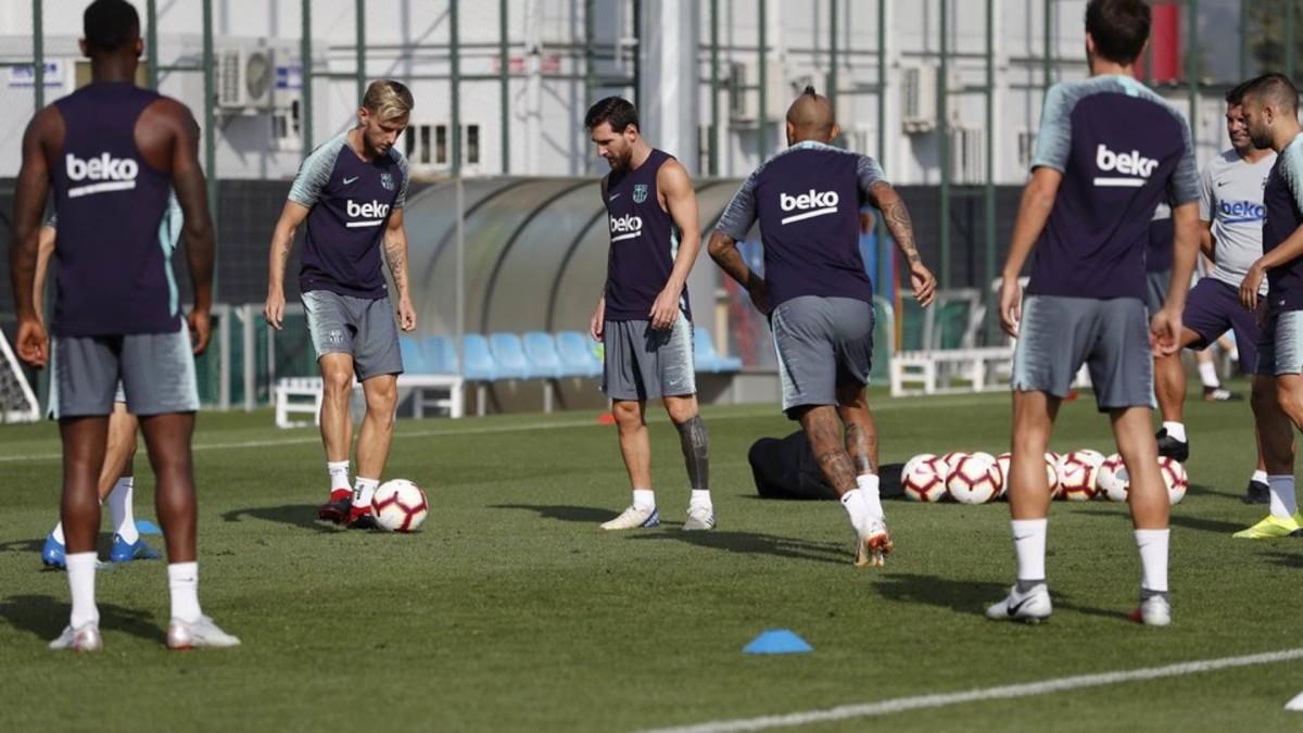 Los jugadores del Barça entrenan preparan el partido contra el Alavés