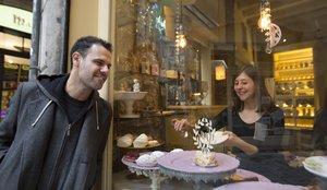 El actor Joan Vázquez, ante el mostrador de la cafetería Caelum.