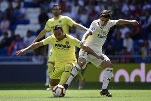 Brahim (d) pugna con Cazorla por un balón antes del 1-0 del Madrid.