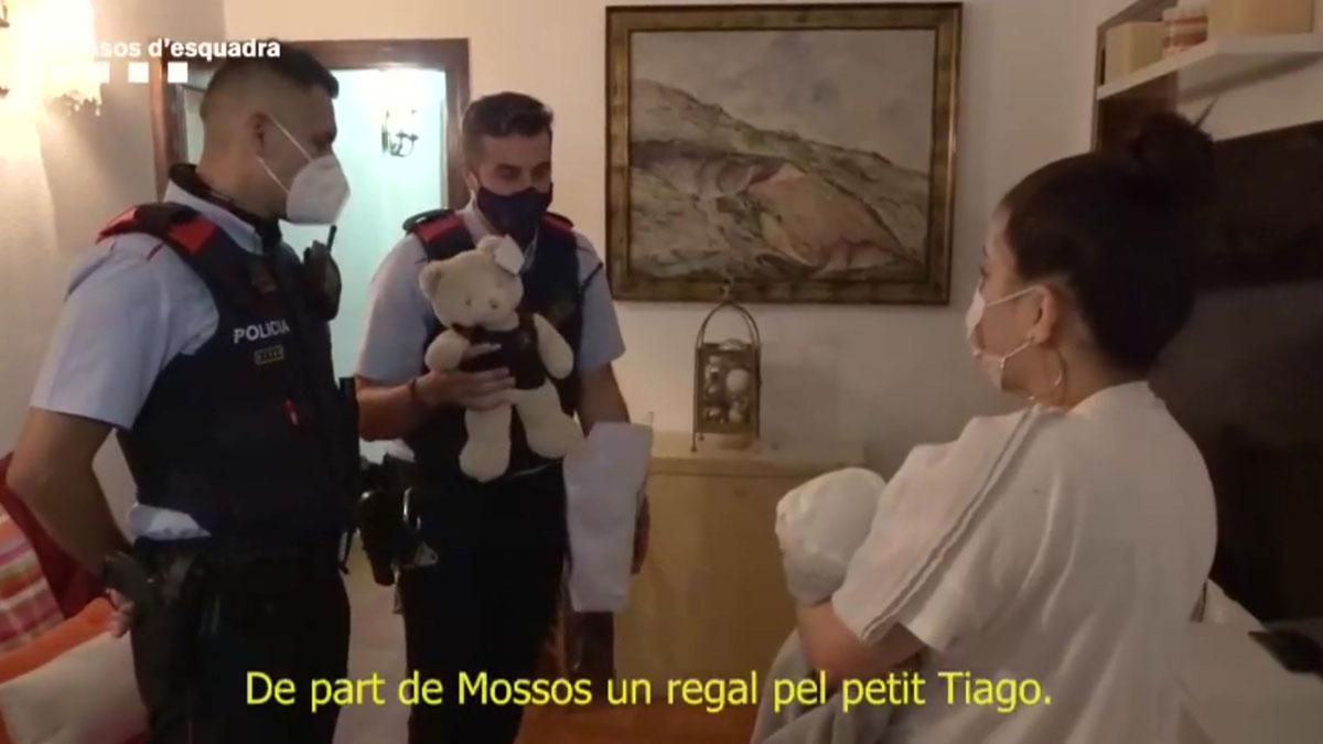 Agentes de los Mossos se reencuentran con el bebé que reanimaron.