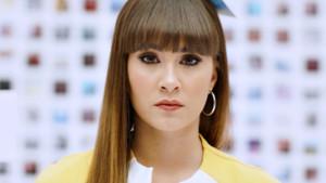Aitana en el videoclip de Teléfono.
