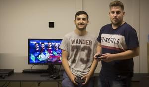 Alex Alguacil (izquierda)y José Carlos Sánchez disputarán la final del Mundial de Pro Evolution Soccer.